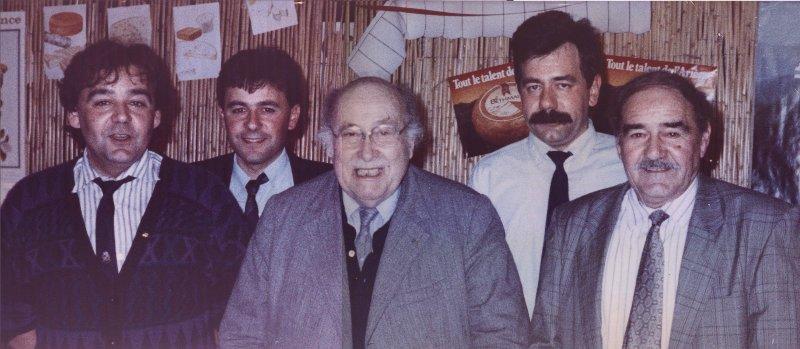Guy, Pascal, Michel et Gabriel Espagnac autour de M. Androuet, crémier à Paris