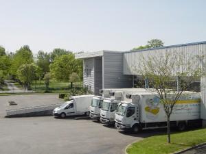 Dépôt avec véhicules situé dans la zone Garonne au nord ouest de Toulouse